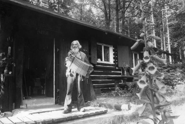 Ahoi im Jahre 1977 vor seiner Waldhütte bei Hilchenbach, wo einst Emil Nolde und Graf Luckner zu Gast waren. Die Hütte mit vielen Erinnerungsstücken brannte später nieder. Sie ist aber wieder aufgebaut worden.
