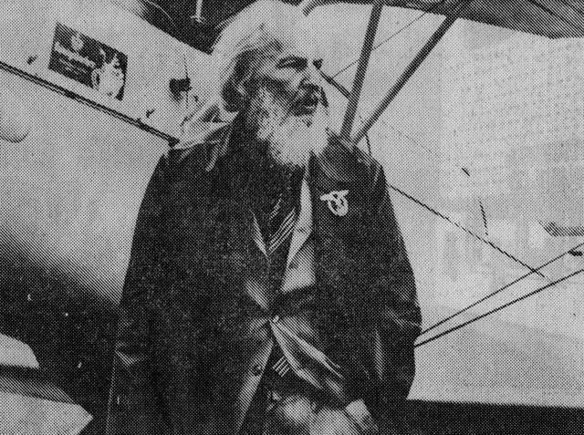 """Ahoi, der Erfinder des Flugzeugschleudersitzes und Ehrenmitglied der """"Roten Barone"""" auf einem Flugtag in Mannheim vor einer """"Bücker Bü 131"""""""
