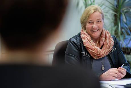 Andrea Henzeschulz vermittelt Jobs für Studierende. (Foto: Uni)