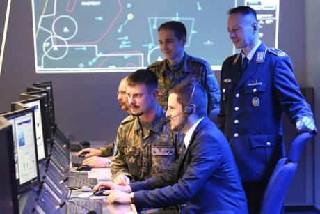 Bürgermeister Henning Gronau wurde auf dem Hachenberg in einer der modernen Ausbildungseinrichtungen informiert.