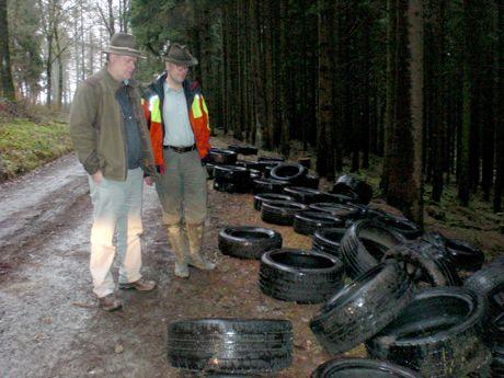 Erschüttert betrachten Umweltberater Matthias Jung und Waldvorsteher Alexander Jung die illegal im Wald entsorgten Autoreifen.
