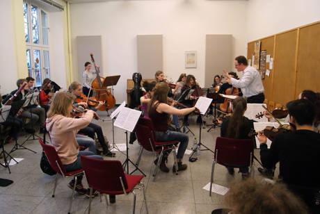 Michael Nassauer dirigierte die Sinfonie Nr. 1 des Komponisten Johannes Brahms. (Foto: Stadt Siegen)