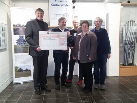 Vorstandsmitglieder der Siegener SPD-Fraktion überreichten die Spende der Sitzungsgelder aus der Dezembersitzung des Rates an Klaus Dietermann (2.v.l.) und Traute Fries (r.) vom Aktiven Museum Südwestfalen. (Foto: SPD)