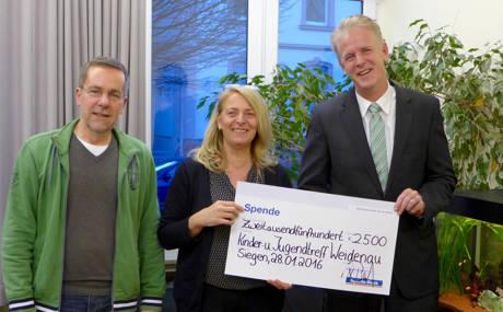 Bereichsleiter Ulrich Bruch von der Sparda-Bank West (r.) übergab Heiner Friesenhagen und Karin Treinen den symbolischen Scheck in Höhe von 2500 Euro. (Foto: Stadt Siegen)
