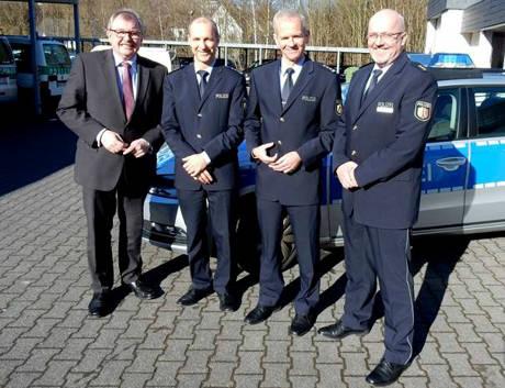 v.l. Landrat Frank Beckehoff, EPHK Christoph Bankstahl (Wachleiter Lennestadt), EPHK Matthias Giese (Wachleiter Olpe), Polizeidirektor Diethard Jungermann. (Foto: Polizei)