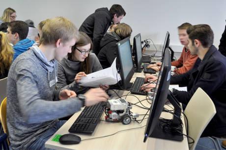 Mit viel Engagement programmierten die Schüler des Fürst-Johann-Moritz-Gymnasiums die Sensoren und Aktoren der Lego-Roboter. (Fotos: Uni)