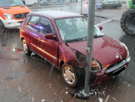 Das Auto des Seniors landete vor dem Masten der Ampelanlage. Foto: Kreispolizeibehörde Hochsauerlandkreis