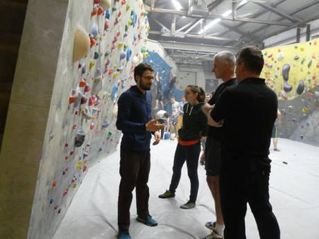 Daniel Jung gibt den kletterwilligen Teilnehmern eine Einführung. (Foto: Startpunkt57)