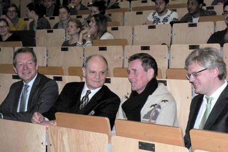 Feierstunde im Audimax (von links): Bürgermeister Steffen Mues, Prof. Dr. Bodo Gemper, Rektor Prof. Dr. Holger Burckhart und Prof. Dr. Nils Goldschmidt. (Foto: Uni)