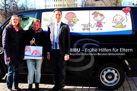 """Landrat Andreas Müller übergibt VW-Bus: Laura Scholl und Silke Schrörs fahren mit dem """"BIBU-Mobil"""" zu Willkommensbesuchen bei frischgebackenen Eltern. Auch für offene Sprechstunden wird der Bus genutzt. Foto: Kreis"""