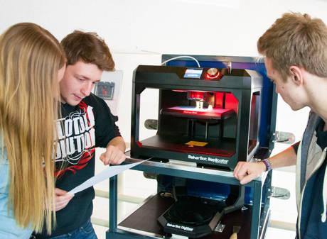 Die angehenden Technischen Produktdesigner der Klasse P24 erleben die faszinierende Welt des 3D-Drucks. (Foto: Schule)