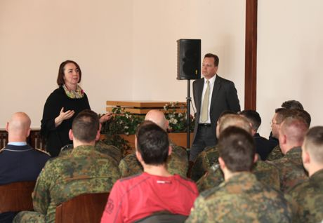 100 Soldaten der Hachenberg-Kaserne nutzten während des Nachmittags die einmalige Gelegenheit und diskutierten im Hachenberg-Casino mit dem hochgestellten Diplomaten und der Abgeordneten Angela Freimuth.