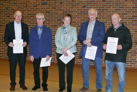 Wurden aufgrund ihrer Verdienste zu Ehrenmitgliedern ernannt: Adolf Schnug, Reinhard Sieblitz, Karin Franz, Günter Fick und Jochen Heinbach (v.li.). Foto: Verein