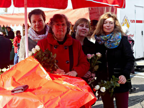 Über eine schöne Rose haben sich alleWochenmarktbesucherinnen gefreut. Worauf die Kreuztaler Sozialdemokratinnen großen Wert legen: Diese Rosen wurden fair produziert. Auch die Situation der überwiegend weiblichen Arbeitskräftein der Blumenproduktion ist ein Punkt, der gerade zu diesem Tagt nicht vergessen werden sollte. (Foto: ASF)