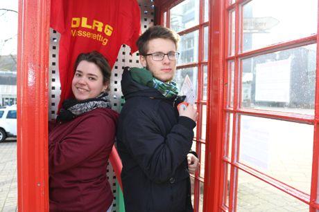 Da wird die rote Telefonzelle noch mit Tipps und Informationen bestückt. Foto: Stadt Neunkirchen