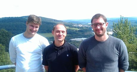 Im Bild (von links): Dr. Peter Kögler (ULTRAPLACAD Postdoc), Prof. Dr. Ulrich Jonas und Christian Petri (ULTRAPLACAD Doktorand). Foto: Uni