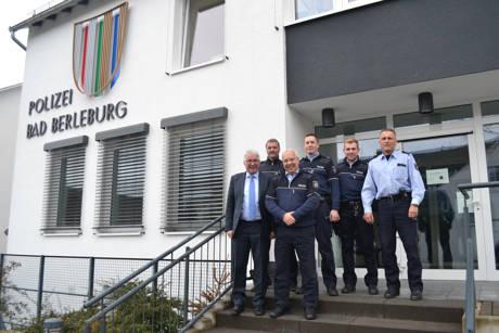 SPD-Landtagsabgeordneter Falk Heinrichs (vorne links) mit dem Leiter der Polizeiwache Bad Berleburg, Bernd Dickel (hinten links), und weiteren Beamten der Wittgensteiner Dienststelle. (Foto: privat)