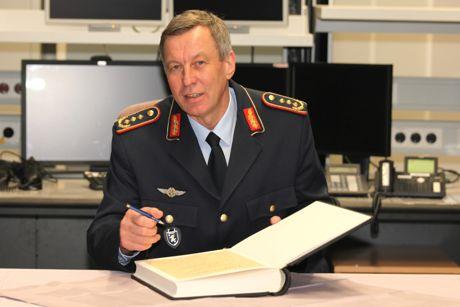 Generalleutnant Joachim Wundrak beim obligatorischen Gästebrucheintrag im Luftverteidigungsgefechtsstand.