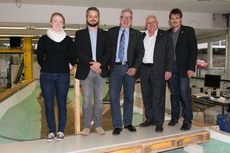 Sind jetzt Kooperationspartner (v. li.): Kristina Fehler, Dr. Jens Bender, Prof. Dr. Jürgen Jensen (alle Uni Siegen), Ulrich Krüger und Stephan Roth (beide Entsorgungsbetrieb Siegen). Foto: Uni
