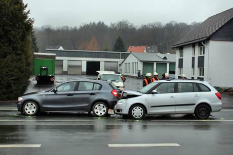 2016-03-24_Kreuztal-Kredenbach_B508_Auffahrunfall mit drei Verletzten_Foto_Hercher_03
