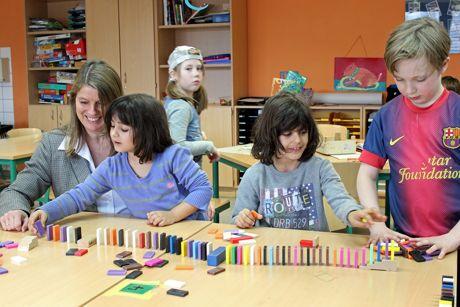 Die Ferienbetreuung ist auch in Wilnsdorf ein wichtiger Baustein für die Vereinbarkeit von Familie und Beruf. Bürgermeisterin Christa Schuppler (l.) überzeugte sich von der Qualität des Angebots