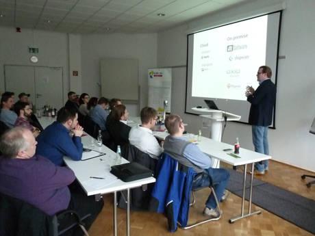 Beim letzten KM:SI Media Forum informierte Patrick Schulte von der billiton GmbH seine aufmerksamen Zuhörer über Onlineshops und Potenziale von unterstützenden Social Media Strategien. (Foto: KM:SI)