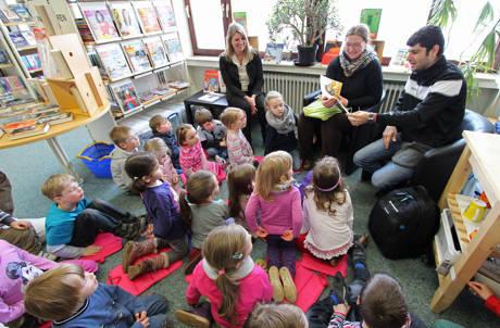 Die Wilnsdorfer Bibliothek lud am vergangenen Montag zur ersten zweisprachigen Vorlesestunde ein und stieß auf große Resonanz. (Foto: Gemeinde Wilnsdorf)