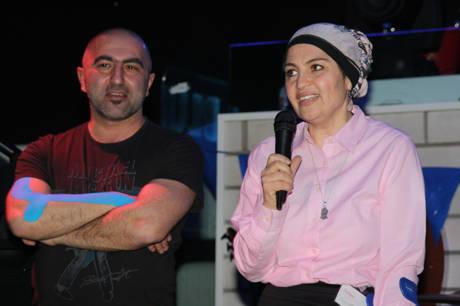 Süreyya Meskule mit Moderator Ahmet bei der Eröffnung des Benefizkonzerts.