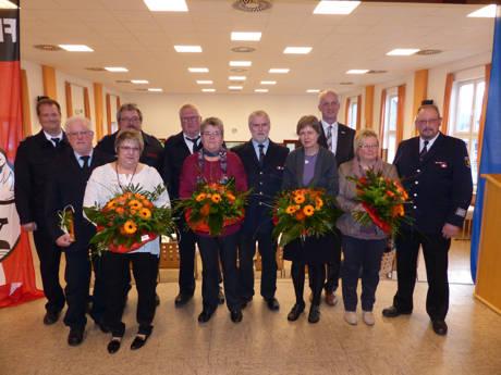 Das Bild zeigt die Geehrten mit Bürgermeister Ewers (3.v.r.) und den stellvertretenden Leitern der Freiwilligen Feuerwehr Burbach Thorsten Schneider (l.) und Horst Petri (3.v.l.). Nicht im Bild Peter Reber. (Foto: Lutz Schäfer, Pressesprecher FF Burbach)