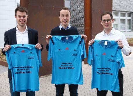Jonathan Lautz (links), Bastian Börner und Dr. Paul Hadrossek (rechts) leiten am 12. April ein Länderspiel der U16-Nationalelf. Foto: David Hennig/FLVW