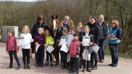 Erhielten ihr Reitabzeichen: Die 13 Nachwuchsreiterinnen der RFK Kindelsberg. Foto: Verein