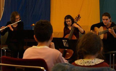 Dailia Niksic, Lina Marie Müller und Viola Balaj musizierten für die neuen Staatsbürger.