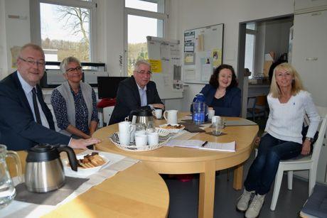 Renate Hendricks (2.v.r.), schulpolitische Sprecherin der SPD-Landtagsfraktion, besuchte gemeinsam mit Falk Heinrichs (MdL; 3.v.l.) und Bürgermeister Walter Kiß (l.) die Grundschule Buschhütten. Gesprächspartnerinnen waren Schulleiterin Claudia Gawrosch (r.) und ihre Stellvertreterin Susanne Merkelbach (2.v.l.). Fotos (2): Landtag