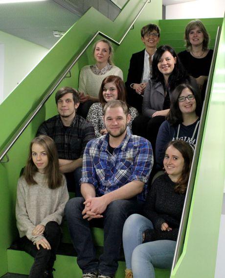 """Prof. Dr. Ulrike Buchmann mit den wissenschaftlichen und studentischen Mitarbeiterinnen und Mitarbeitern im Projekt """"WB-inklusiv""""."""