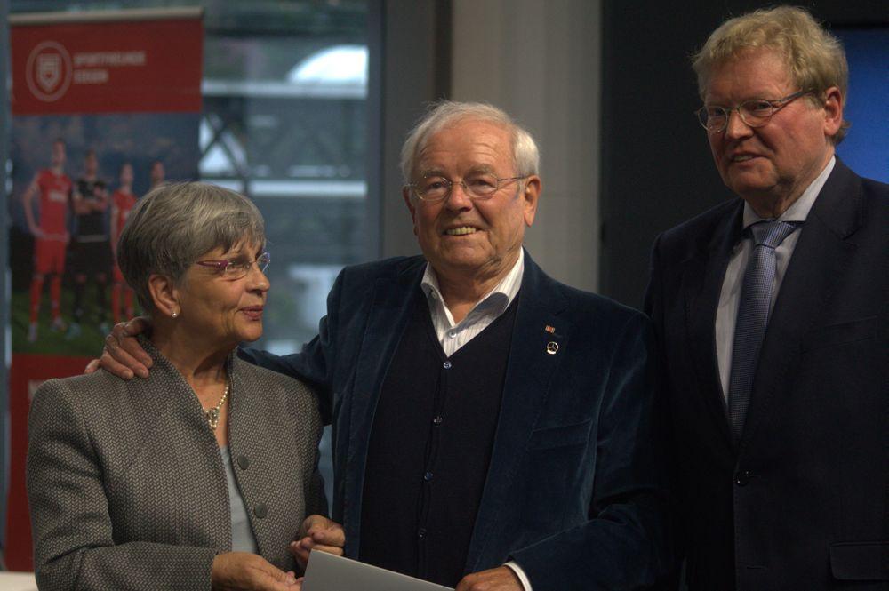 Große Ehre: Manfred Utsch, mit seiner Gattin Dagmar an der Seite, wurde von WFLV-Präsident Henning Korfmacher (re.) mit der DFB-Verdienstnadel ausgezeichnet. Fotos (4): Jürgen Kirsch