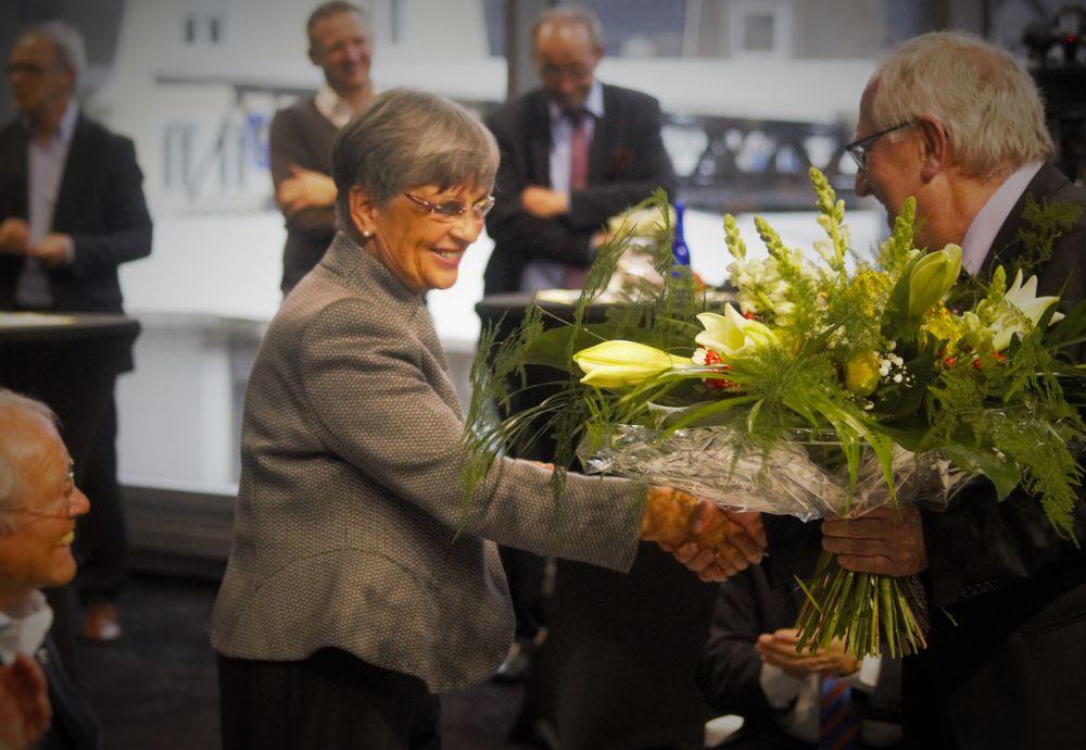 Ulrich Steiner überreichte Dagmar Utsch einen Blumenstrauß.