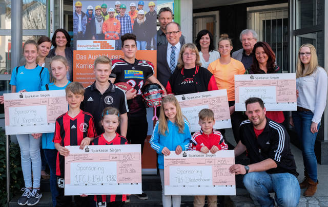 Bauwirtschaft Südwestfalen übergibt 500€-Schecks an fünf Sportvereine. (Foto: Bauwirtschaft Südwestfalen)