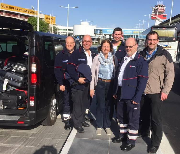 Ankunft der Gruppe in Rom. Stefan Biehl (2.v.r) unterstützt gemeinsam mit Helfern der Malteser aus dem Erzbistum Paderborn den Rettungsdienst in Rom. (Foto: Malteser, Nils Brandes)