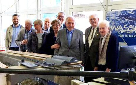 (von links): Die Absolventen mit Prof. Dr. Jürgen Jensen, Dr. Jens Bender und Dr. Susanne Padberg im Wasserbaulabor der Universität Siegen.