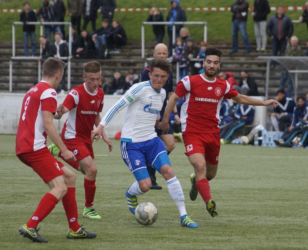 Die Jugendarbeit des Vereins - hier die U19 gegen Schalke - soll bald Früchte tragen. Archiv-Foto: Kirsch