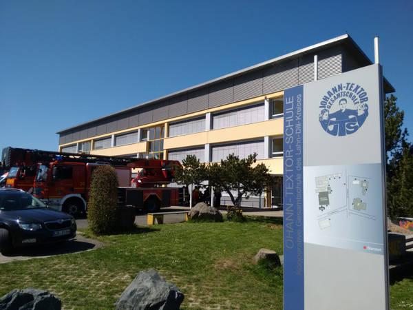 Wegen einer Bombendrohung wurde die Johann-Textor-Schule in Haiger evakuiert. Fotos (4): Kay-Helge Hercher