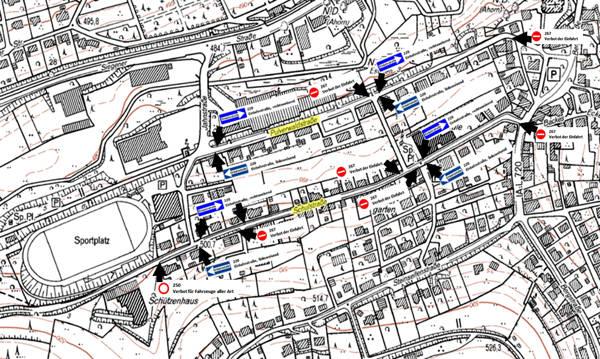 Für die Gäste, die zum Großen Zapfenstreich anreisen, wurden Teile der Pulverwaldstraße und der Schulstraße gemäß verkehrsrechtlicher Anordnung vom Kreis Siegen-Wittgenstein zum einseitigen Parken freigegeben. Die Parkplatzeinweisung übernehmen Bundes- und Feuerwehr gemeinsam. (Bild: Luftwaffe)