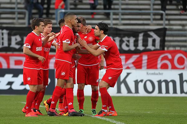Die Sportfreunde-Spieler bejubeln das 1:0: Haluk Arslan traf per Foulelfmeter. Fotos (10): Michael Handke