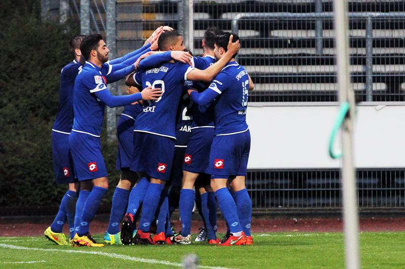 Die Sportfreunde-Spieler - diesmal in den blauen Auswärtstrikots - bejubeln das 1:0 von Til Bauman. Fotos: Michael Handke