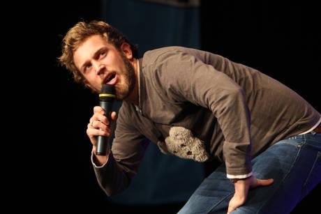 Stand-Up-Comedian Falk Schug erzählt aus seinem Arbeitsleben. Fotos: Veranstalter