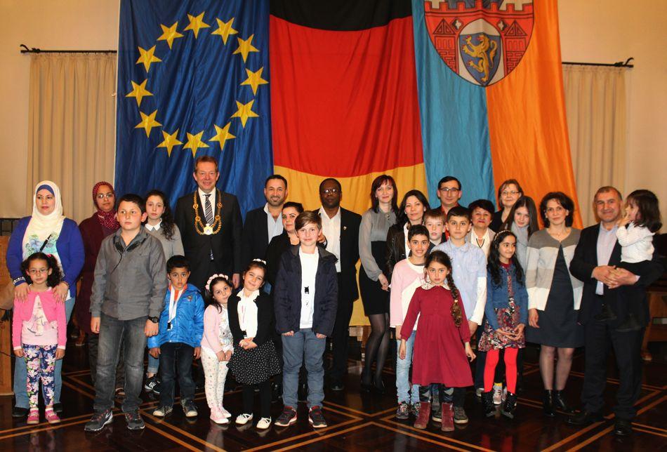 Bei einer Feierstunde wurden diese neuen deutschen Staatsbürger im Siegener Rathaus herzlich begrüßt. Foto: Stadtverwaltung