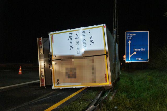 2016-05-02_A45_Wilnsdorf Richtung Eisern_Lkw-Anhänger umgestürzt_Foto_Hercher_02