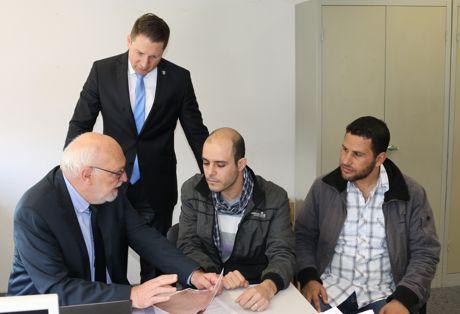 Eine ganze Reihe verschiedener Unternehmen haben Hubert Multhaup und Bürgermeister Bernhard Baumann bereits für ihr Projekt gewinnen können. Auch die beiden Syrer Haysam Al Dokhil und Tarek Alrman sollen in eine Arbeit vermittelt werden.  Foto: Gemeinde