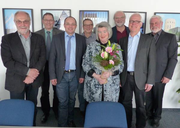 Rolf Skale, Stadtrat Udo Hoffmann, Bürgermeister Holger Menzel, Emil Röther, Gabriele Franke, Dr. Paul Springer, Rainer Jung und Jürgen Otto. (Foto: Stadt Hilchenbach)