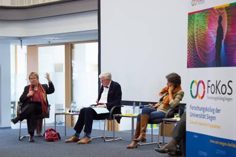 Sylvia Löhrmann (l.) in der Diskussion mit Prof. Dr. Hans Jürgen Schlösser und Moderatorin Dr. Karen Horn. (Fotos: Uni)